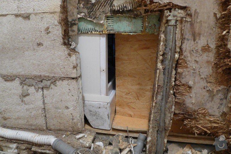 Instalace dvou sprchových koutů, dozdění příčky, částečně i obklady: P1020291