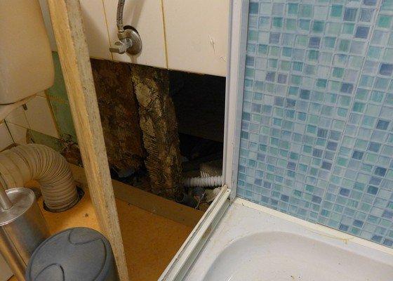 Instalace dvou sprchových koutů, dozdění příčky, částečně i obklady