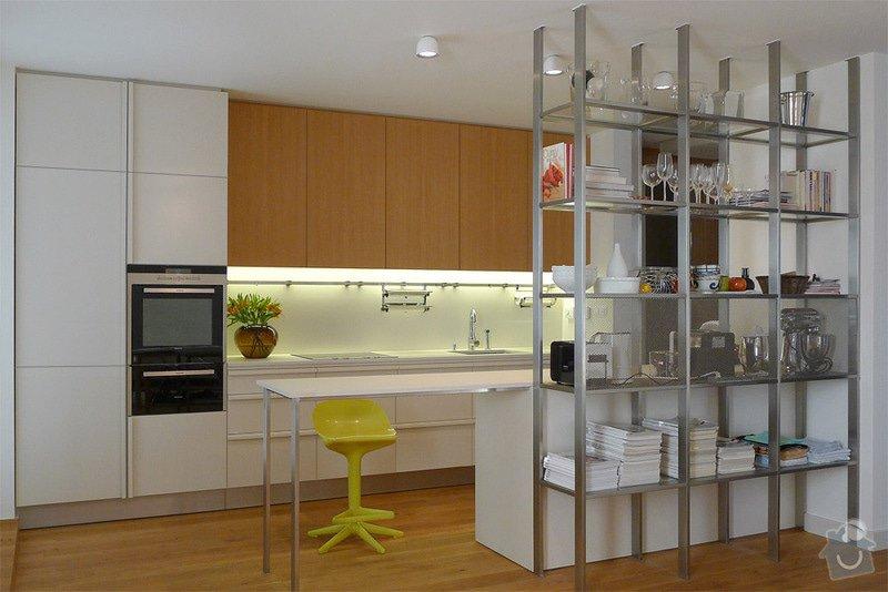 Kuchyňská linka a koupelnový nábytek: 3.1_Kuchynska_linka_v_barevnem_nastriku_v_kombinaci_s_dubovou_dyhou
