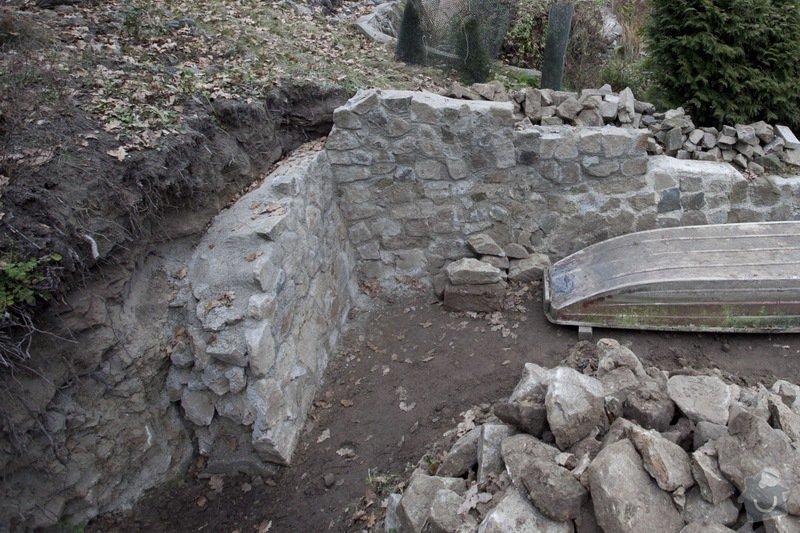 Vyzdění pevného tarasu z kamenů: chata_zed