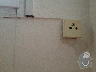 Protekajici okna oprava: obyvak_zasuvka_mimo_okno