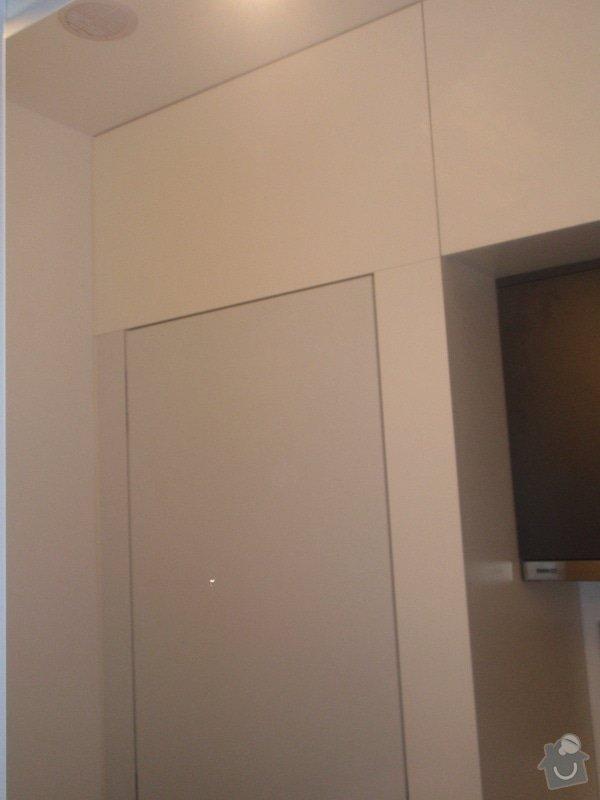Kuchyňská linka, vest. skříně, bezpolodrážkové dveře: P5280241