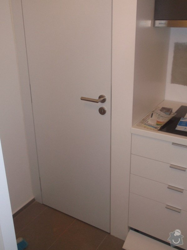 Kuchyňská linka, vest. skříně, bezpolodrážkové dveře: P5280242