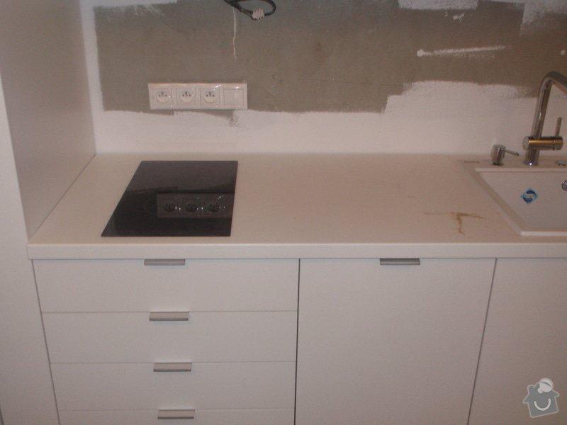 Kuchyňská linka, vest. skříně, bezpolodrážkové dveře: P5280243