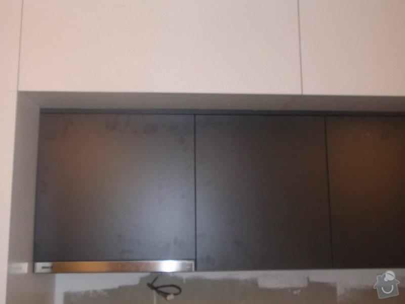 Kuchyňská linka, vest. skříně, bezpolodrážkové dveře: P5280245