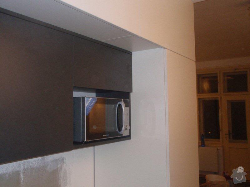 Kuchyňská linka, vest. skříně, bezpolodrážkové dveře: P5280246