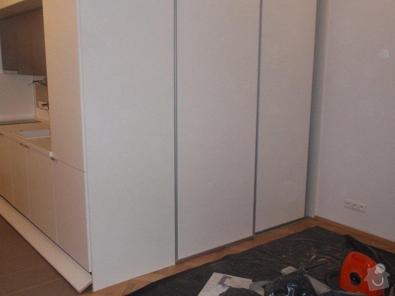 Kuchyňská linka, vest. skříně, bezpolodrážkové dveře: P5280248