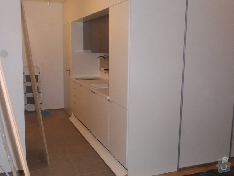 Kuchyňská linka, vest. skříně, bezpolodrážkové dveře: P5280250