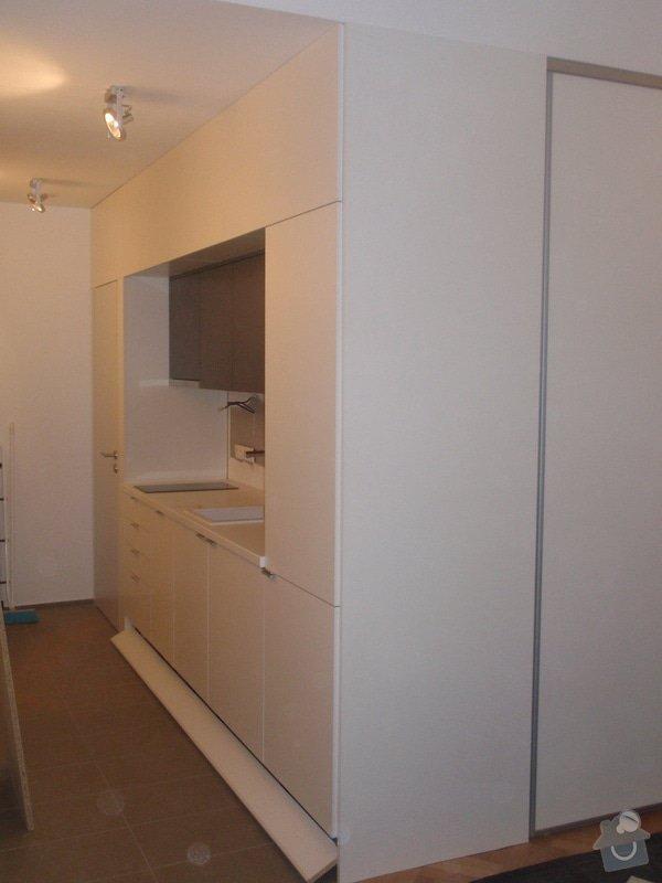 Kuchyňská linka, vest. skříně, bezpolodrážkové dveře: P5280251