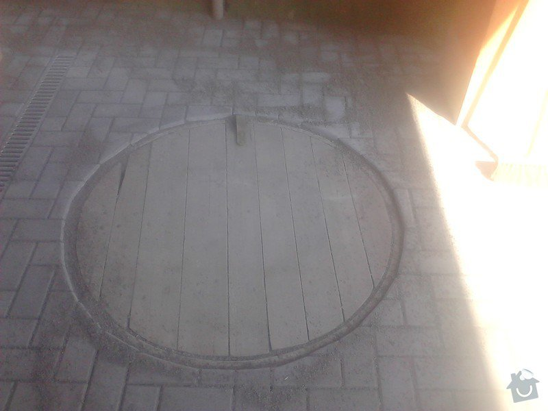 Zámková dlažba,schodiště: dorez_zamkove_dlazby_kolem_studny