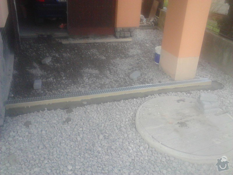 Zámková dlažba,schodiště: usazeni_zlabu_pro_odvodneni