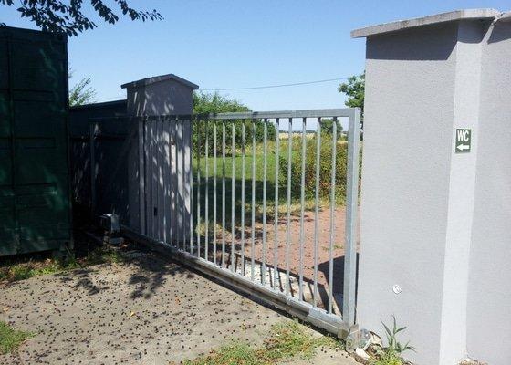 Samonosná vjezdová brána