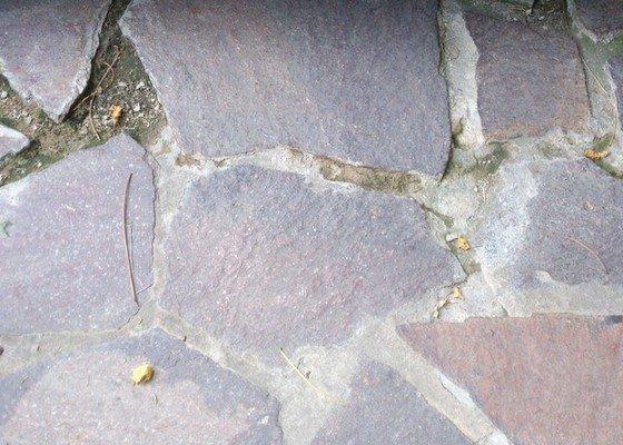 Přespárování venkovní kamenné dlažby