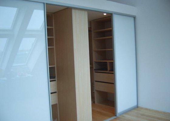Návrh a realizace šatny v půdnim bytě