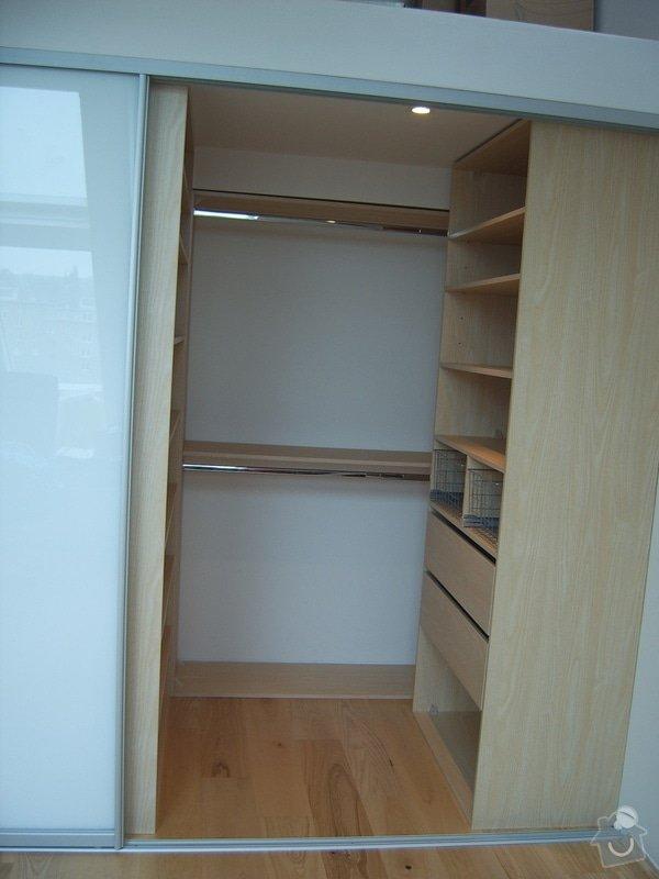 Návrh a realizace šatny v půdnim bytě: SV500011