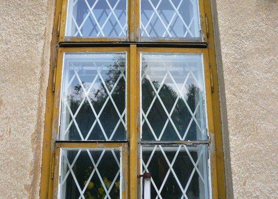 Natření/napuštění bezbarvým Luxolem, oprava a kytování  8mi dřevěných venkovních oken