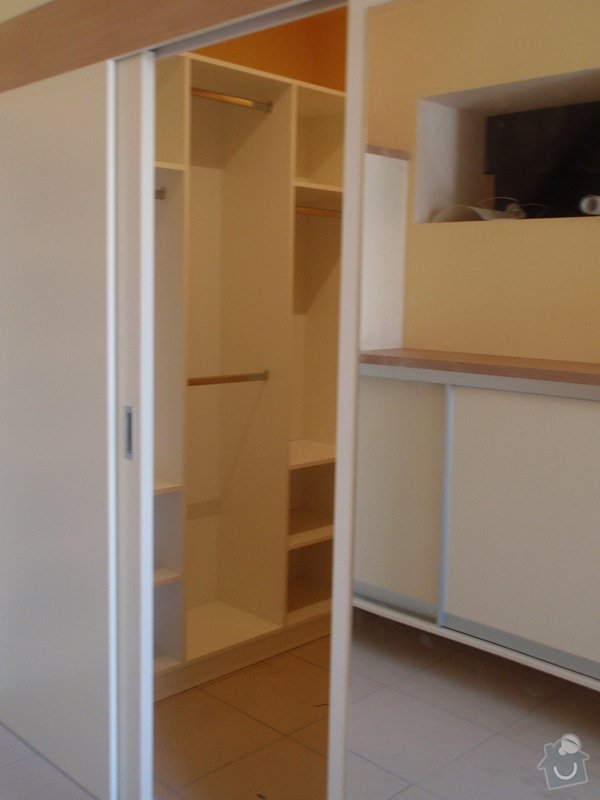 Předělovací příčka + úložné prostory : 211