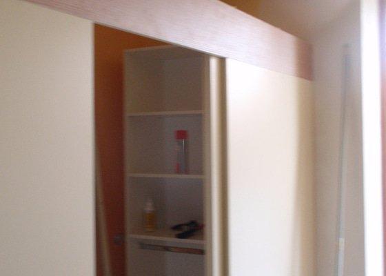 Předělovací příčka + úložné prostory