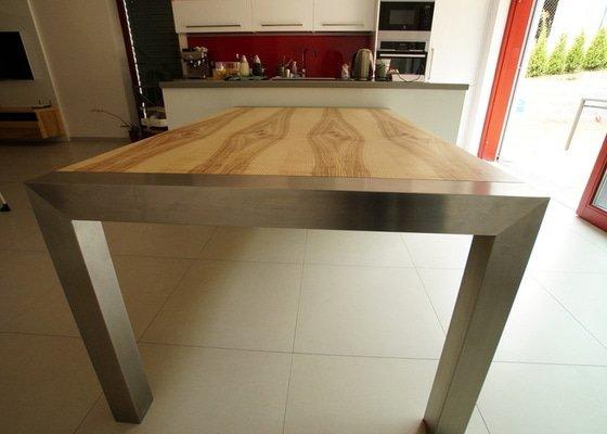 Ložnice a jídelní stůl