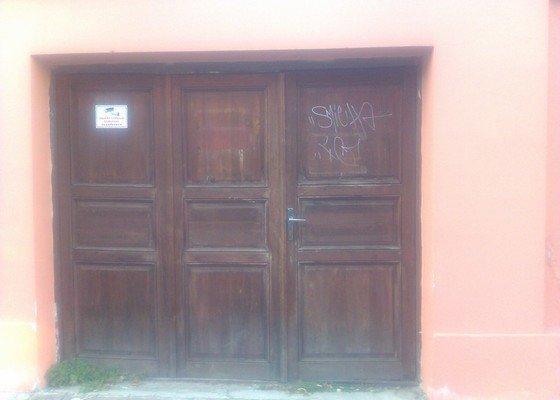 vrata_z_ulice_1
