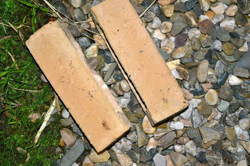 Položení travního koberce a zahradní dlažby (zahrada 440 m2): dlazebni_cihly
