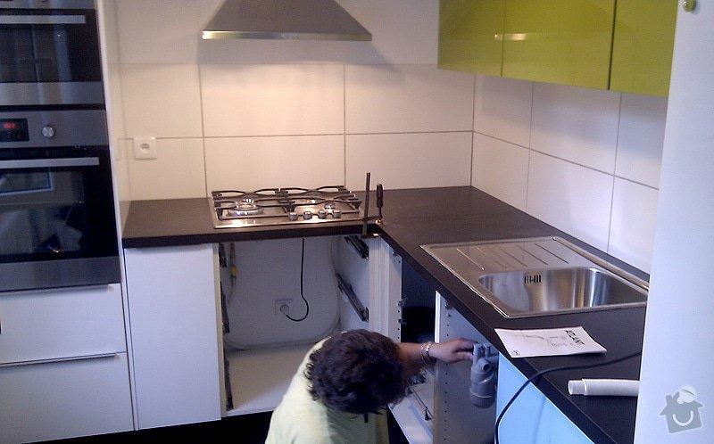 Instalace pracovní desky rohové kuchyňské linky se zafrézováním neviditelného spoje.: foto1