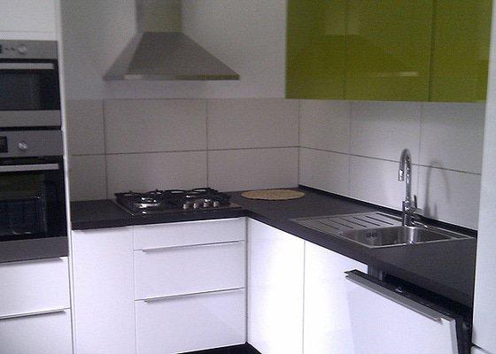Instalace pracovní desky rohové kuchyňské linky se zafrézováním neviditelného spoje.