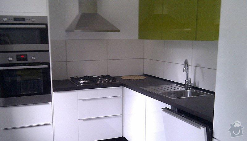 Instalace pracovní desky rohové kuchyňské linky se zafrézováním neviditelného spoje.: foto2