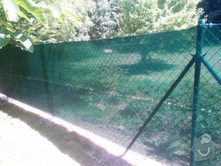 Drátěné oplocení+stínící tkanina: Oploceni_zahrady_v_obci_Radejovice_dratene_oploceni_160_cm_se_stinici_tkaninou_
