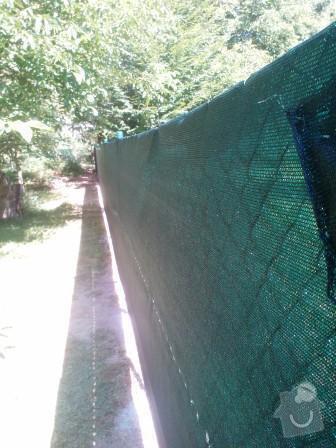 Drátěné oplocení+stínící tkanina: Oploceni_zahrady_v_obci_Radejovice_dratene_oploceni_se_stinici_tkaninou_