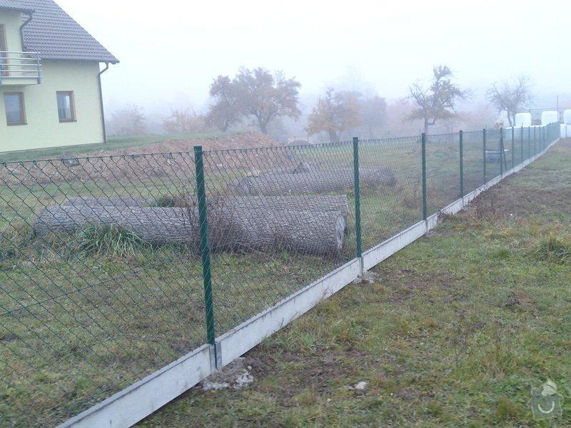 Stavba plotu (cca 70 m): pletivo_s_deskou