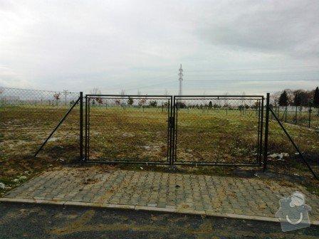 Oplocení stavební parcely: oploceni_stavebni_parcely_Ricany_brana_4_m