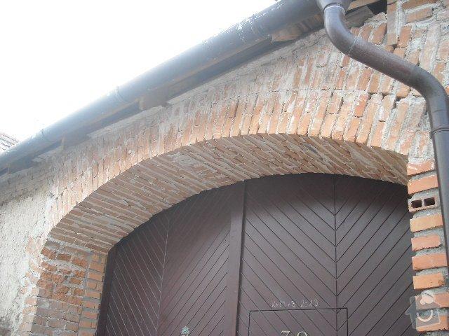 Obložení, omítnutí starého kameného domu: detail_klenby_nad_vraty
