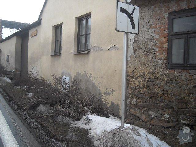 Obložení, omítnutí starého kameného domu: sousedi