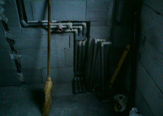 Montáž rozvodů vodoinstalací a odpadů v hrubé stavbě RD