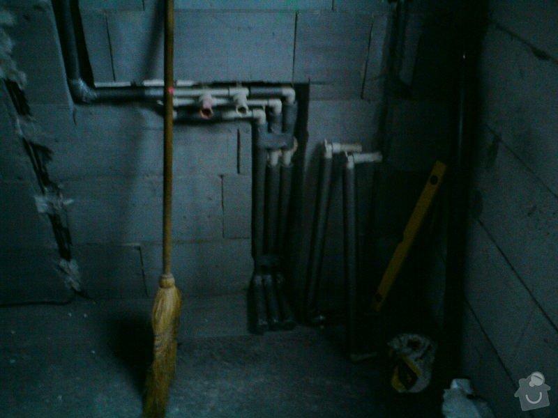 Montáž rozvodů vodoinstalací a odpadů v hrubé stavbě RD: DSC08083