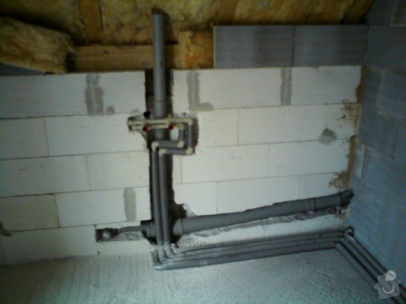 Montáž rozvodů vodoinstalací a odpadů v hrubé stavbě RD: DSC08097