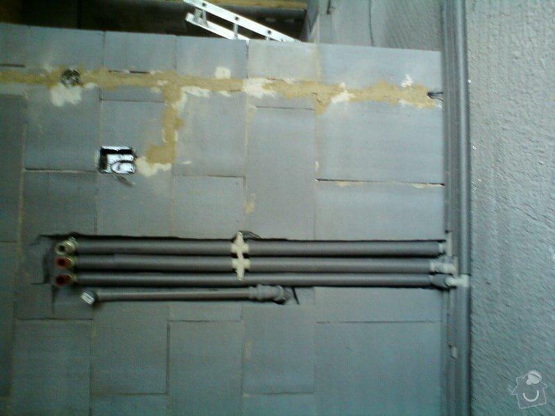 Montáž rozvodů vodoinstalací a odpadů v hrubé stavbě RD: DSC08101