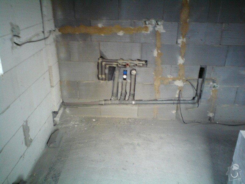 Montáž rozvodů vodoinstalací a odpadů v hrubé stavbě RD: DSC08116
