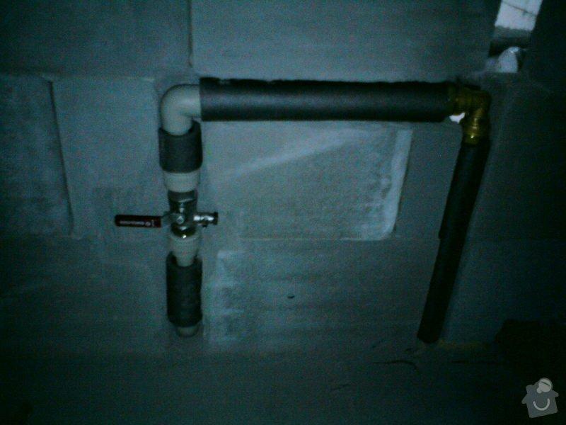 Montáž rozvodů vodoinstalací a odpadů v hrubé stavbě RD: DSC08130