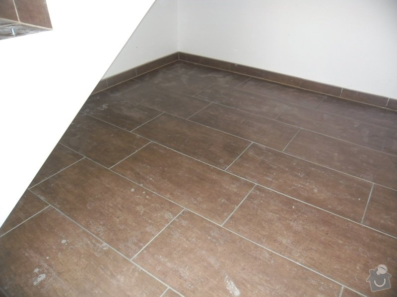 Dlažby, obklady v koupělně, WC a na chodbě + omítky v garáži: 009