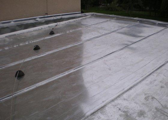 Oprava lepenkové střechy dvougaráže