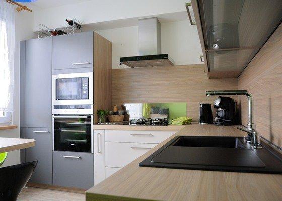 Rohová kuchyně do panelového bytu pro rodinu, Rokycany