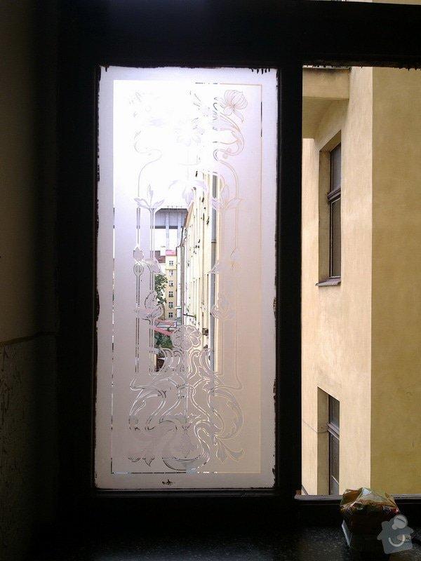 Nové vchodové dveře do bytového domu: piskovane_okno_resize