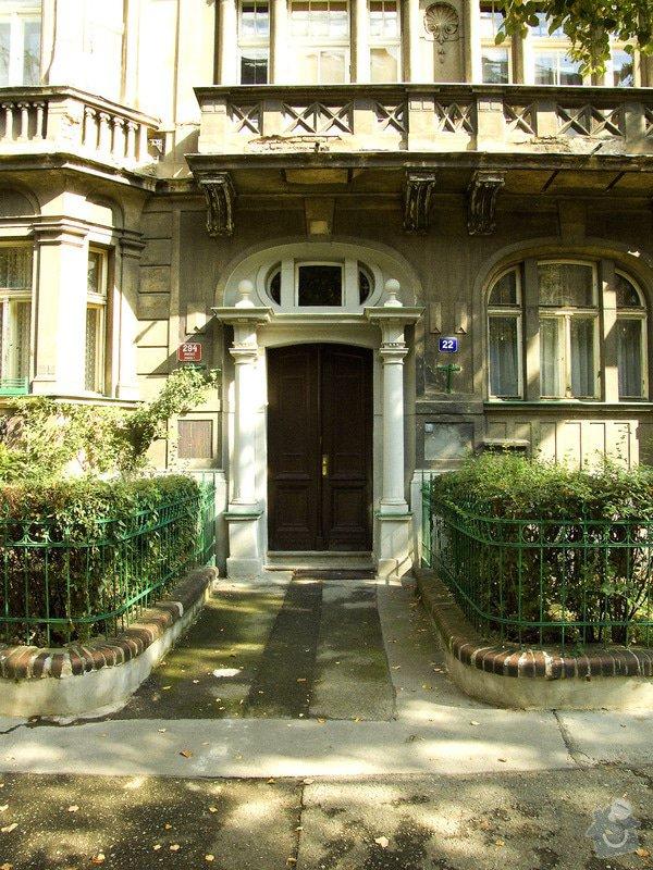 Nabídka na opravu hlavních vstupních dveří v bytovém domě Čechova 22: dum_vchod