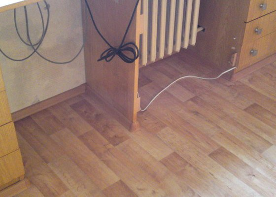 Položení lina místo koberce do jednoho pokoje s vestavěným nábytkem