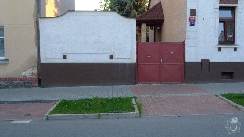 Vylití základu 6,8m plotu, stavba 3 sloupků, části plotu, štukové ozdoby a finální omítka. Pokud bude dobrá spolupráce následně nový dvůr z vymývané dlažby (nový beton a nalepení dlažby): 01_puvodni_vzhled