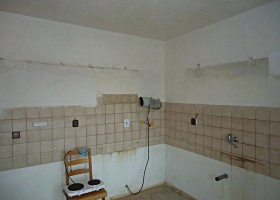 Sundat lino v kuchyni, položit dlažbu 17 m2 vymalovat kuchyň