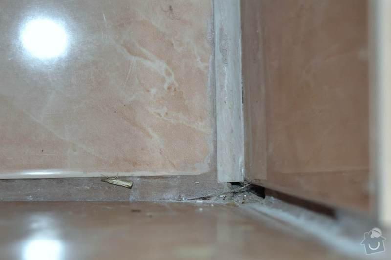 Rekonstrukce koupelny a wc: 09-WC-nedokoncena_sparovacka_mezi_obkladem_a_dlazbou_1.Autor_Roman_Berka