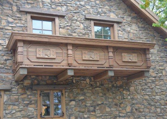 Dubový Balkón s řezbami